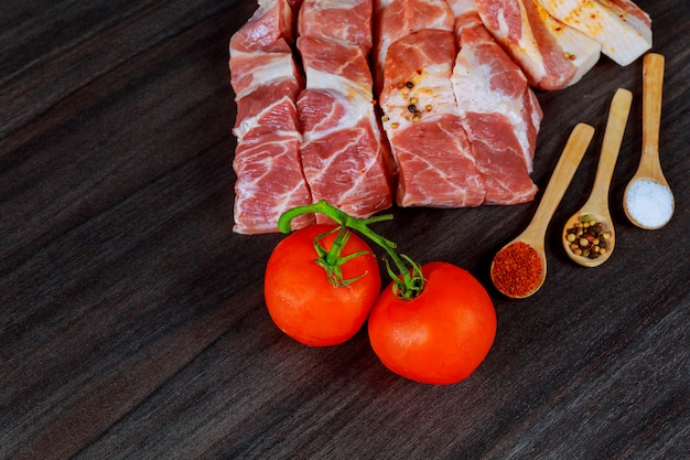 Frisches schweinefleisch auf holzbrett zum schneiden