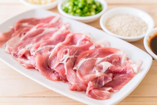 Frisches schweinefleisch in scheiben geschnitten