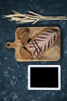 Frisches selbst gemachtes brot mit tablette