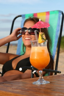 Frisches sommercocktail mit nachtisch chery und wassermelone