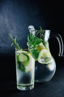 Frisches sommergetränk. gesundes glas detox kohlensäurehaltiges wasser mit zitrone