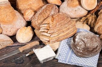 Frisches Sortiment gebackener Brotsorten
