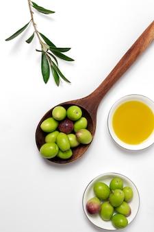 Frisches spanisches olivenöl extra vergine mit oliven