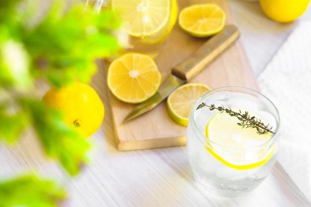 Frisches süßes limonadenwasser; messer, holz und einige pflanzen