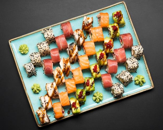 Frisches sushi arrangement flach liegen