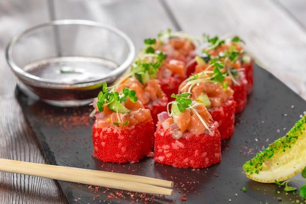 Frisches sushi auf rustikalem holztisch
