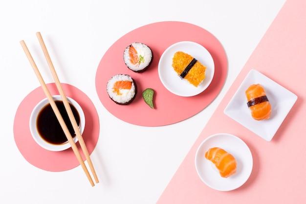 Frisches sushi auf teller