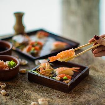 Frisches sushi mit garnelen und gemüse
