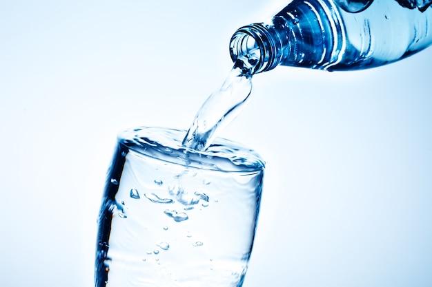 Frisches trinkwasser wird in ein glas gegossen.