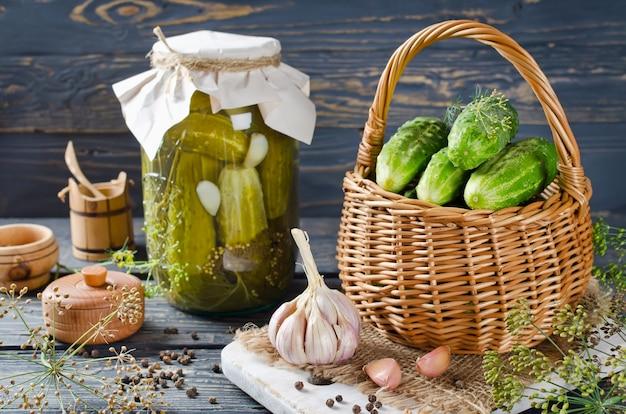 Frisches und eingelegtes gurken hausgemachtes gemüsekonserven