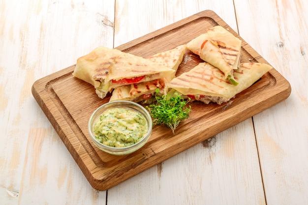Frisches und gesundes club sandwich pita brötchen