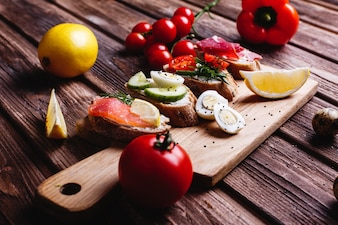 Frisches und gesundes Essen. Imbiss oder Mittagessen Ideen. Selbst gemachtes Brot mit Käse, Avocado