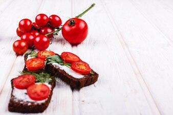 Frisches und gesundes Essen. Imbiss oder Mittagessen Ideen. Selbst gemachtes Brot mit Käse