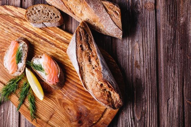 Frisches und gesundes essen. imbiss oder mittagessen ideen. selbst gemachtes brot mit zitrone und lachs