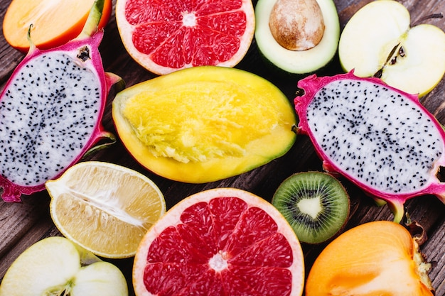 Frisches und gesundes essen, vitamine. drachenfruchtstücke, pampelmuse, zitronen, limette, avocado
