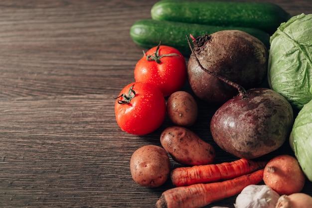 Frisches und helles gemüse liegt auf dem küchentisch.