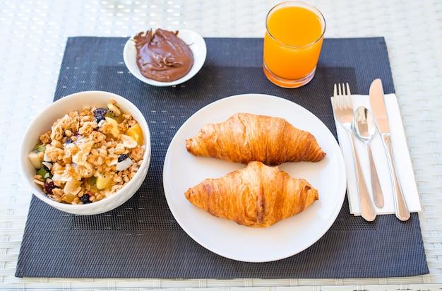 Frisches und köstliches frühstück im hotelrestaurant.
