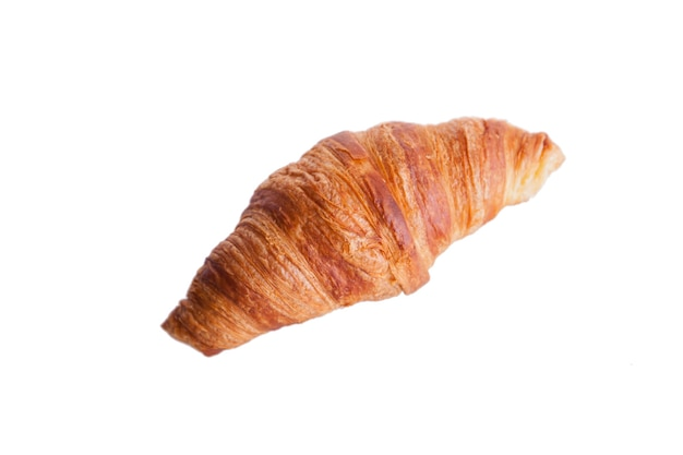 Frisches und leckeres croissant auf weißem hintergrund. goldene kruste.