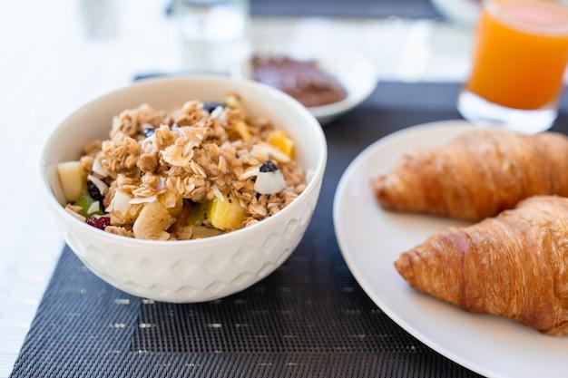 Frisches und leckeres frühstück im hotelrestaurant.
