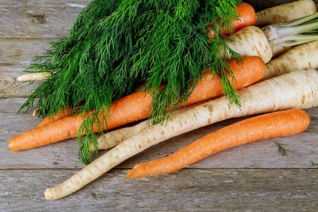 Frisches und organisches gemüse am bauernmarkt: frischer petersilie-karotten-dill
