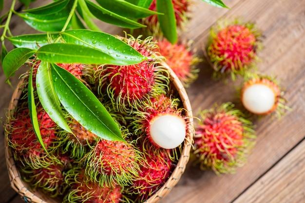 Frisches und reifes rambutan süße tropische früchte geschältes rambutan