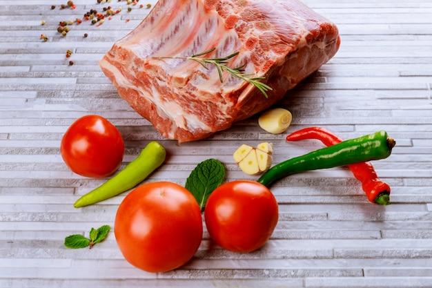 Frisches und rohes fleisch. rippen-schweinekoteletts ungekocht bereit zum grillen und grillen