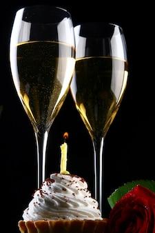 Frisches und sehr leckeres getränk und cupcake mit kerze