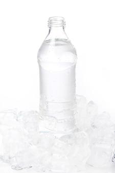 Frisches wasser in der flasche