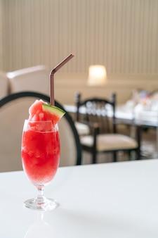 Frisches wassermelonen-smoothie-glas auf dem tisch im café-restaurant?