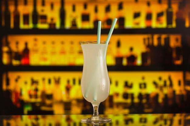 Frisches weißes cocktail am bartresen