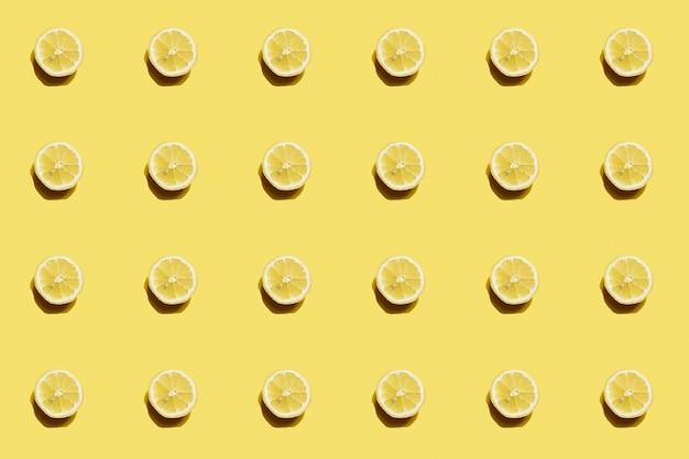 Frisches zitronenscheibenmuster auf gelbem hintergrund