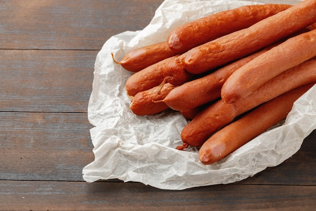 Frischfleischwürste auf braunem holztisch