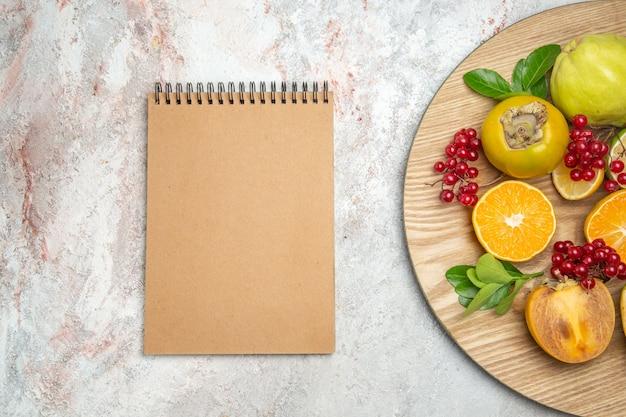 Frischfrüchte der draufsichtfruchtzusammensetzung auf weißem tisch