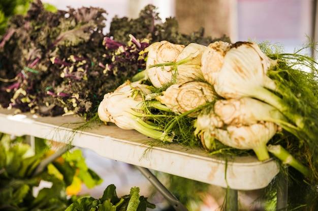Frischgemüse des bauernhofes am landwirtschaftlichen markt des landwirts