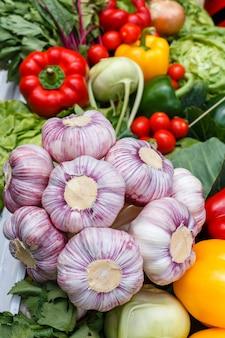 Frischgemüse - knoblauch, blumenkohl, grün, zwiebel auf einem picknicktisch an einem sommertag. gesundes essen.