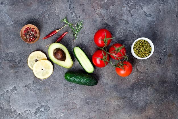 Frischgemüsebestandteile für salat mit mungobohnen auf steinhintergrund, draufsicht,
