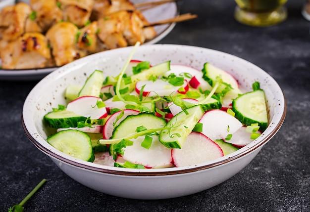 Frischgemüserettich- und -gurkensalat mit frühlingszwiebeln und microgreens erbsen