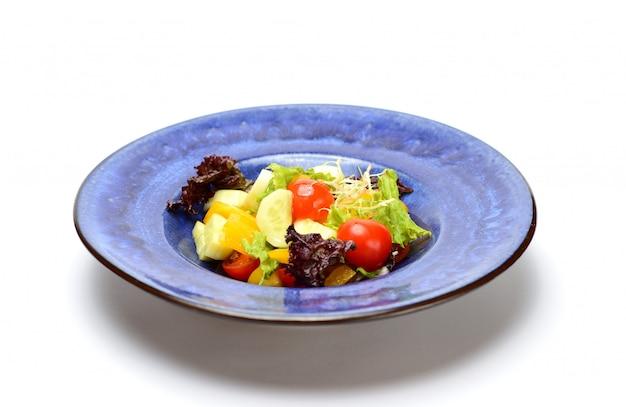Frischgemüsesalat in einer blauen platte