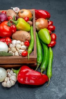Frischgemüsezusammensetzung der vorderansicht auf der frischen farbe des reifen salats des grauen tisches