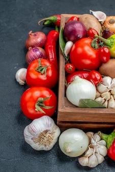 Frischgemüsezusammensetzung der vorderansicht auf frischer farbe des reifen salats des grauen schreibtisches