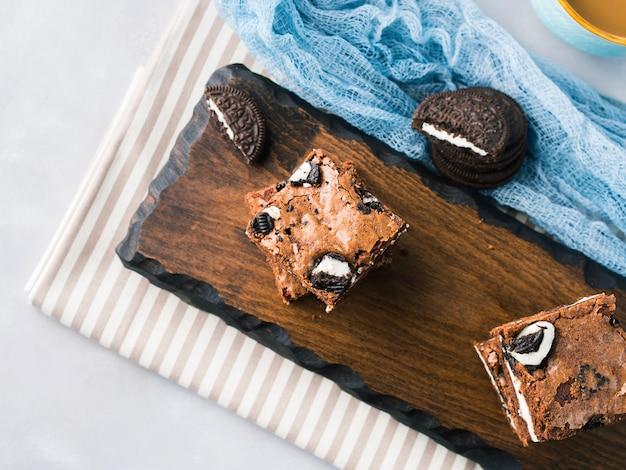 Frischkäse-brownies mit keksen