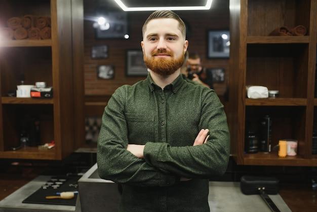 Friseur bei der arbeit. collage des gutaussehenden bärtigen mannes, der haarschnitt und bartpflege im friseursalon erhält