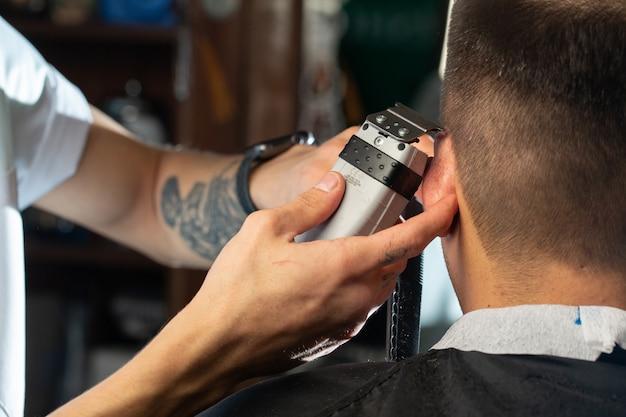Friseur beim arbeiten mit haarschnitt
