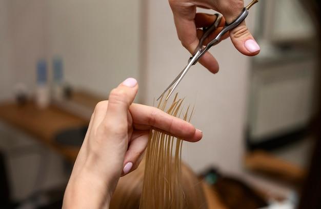 Friseur, der die haare eines kunden stylt