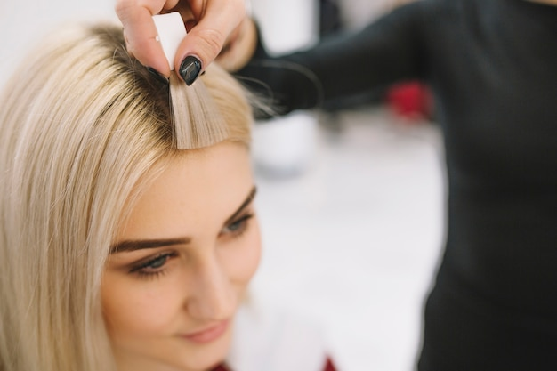 Friseur, der probe der haarfarbe zeigt