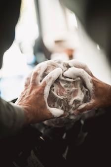 Friseur, der shampoo in haar mit kahler stelle massiert