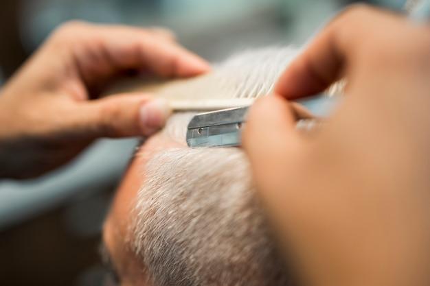 Friseur, der zum kunden im studio sich trennt