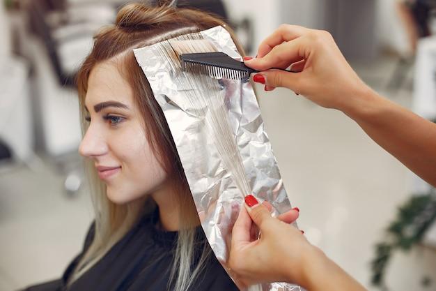 Friseur färbte haar ihr klient in einem friseursalon