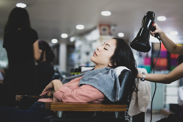 Friseur föhnen haar des kunden im salon