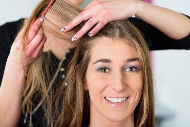 Friseur - friseur schneidet haare, ein kunde bekommt einen haarschnitt